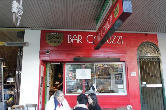 ダーリングハーストにある「bar coluzzi(コルッジ)」。いつもお客さんで賑わっています。