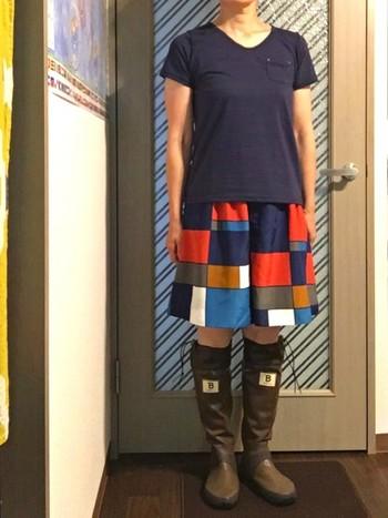 モダンアートのような古着スカートと合わせて。シンプルだから、主張しすぎなくてとてもキュートにまとまります。