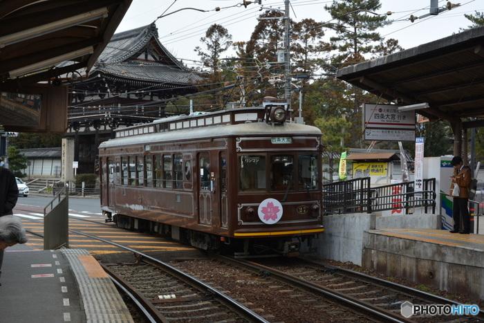 レトロといえば路面電車。 喫茶巡りの足にも便利。京都在住の方に親しまれている「嵐電」。 四条大宮と嵐山の間を結びます。  路面電車の中から眺める京都の町並みが心を打ちます。 思い出作りの一環として上手に利用したいですね。
