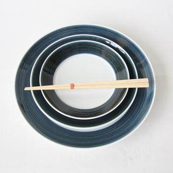 名前の通り、麻の糸をモチーフに少しいびつなラインが印象的な麻の糸シリーズ。華やかなプレートも素敵ですが、やはりシンプルなものも素敵ですよね。少し地味かな、なんて思いがちかもしれませんがお料理を盛りつけるとまた違った雰囲気に。どんなお料理にもぴったりです。