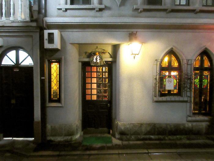 夕暮れからはステンドグラスを通じ京都の町家の路地を彩ります。