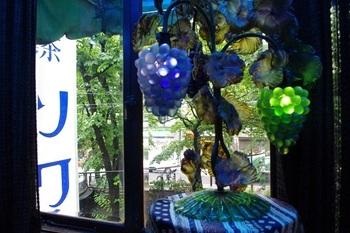 ブルー一色のお店の中から見ると京都の町もまた違った趣がありますね。