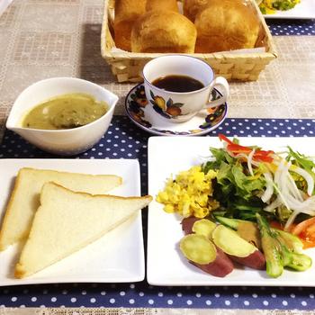 まずはやはり焼かずにそのまま。サラダやスクランブルエッグと、美味しい朝ごはん♪