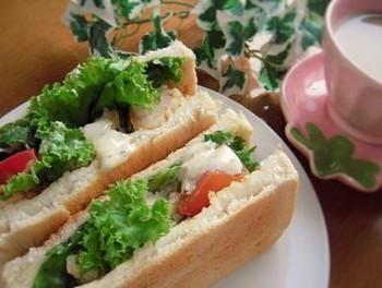 トーストしたパンに唐揚げを挟み、たっぷりのマスタード+マヨネーズをまぶして。隠し味に、醤油をほんの少し。