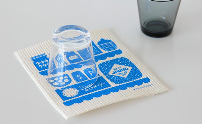 スポンジワイプは、乾いてるときは厚紙のような手触り、なのに水分を含むと、とたんにふんわりやわらかなスポンジ状に。その吸水力は自重の10倍以上もあるので、シンクの近くにおいて水切りマットとして活用したり、拭き掃除に使ったり、あれこれ活躍してくれそう。