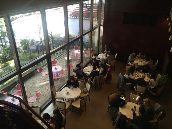 大きな窓から注ぎ込まれる開放的な光がさわやか。天気の良い日は、テラス席も良いですね。お店は2階席もあり、1階168席、2階37席の全205席と座席数もとても豊富。
