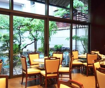 外観は京町家でも中に入ればレトロな洋館風。京都風情が満喫できる庭園を前にお食事。 店内では他にも珈琲カップや食器なども販売しています。