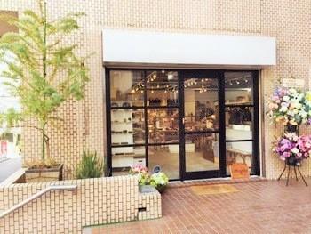 中央線・高円寺駅南口から歩いて数分、スーパー「オーケー高円寺店」の正面です。