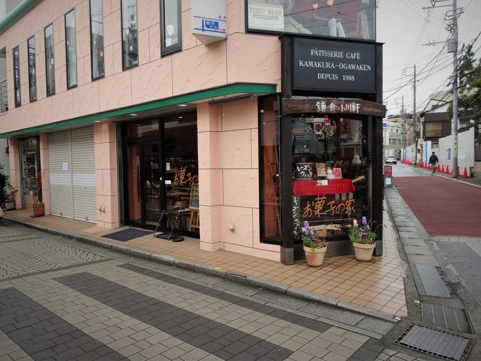 「鎌倉小川軒」は鎌倉駅西口、御成通りにあります。店内ではカフェも併設しているので、お土産を選びがてらお茶もできちゃう一石二鳥のお店です。