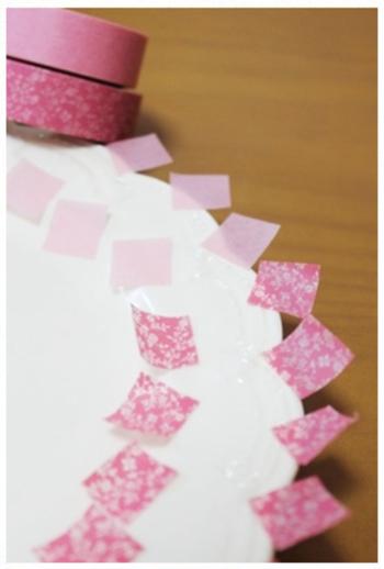 コーディネートしたい柄のマスキングテープを四角くカット!無地のピンクのマスキングテープも用意して色のグラデーションを楽しみましょう。