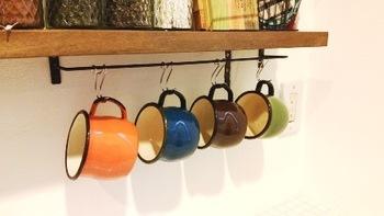 S字フックを使って簡単ディスプレイ♪マグカップの色を変えて、キッチンをカラフルに演出しましょう。