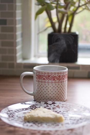 ショートブレットに限らず、イギリスのスイーツは紅茶とともにいただくことを前提につくられてきました。そのため、ウォーカー社のショートブレッドも濃厚なバターの味わいが特徴的で、紅茶やコーヒーとともにいただくことで程よい甘さになります。  ※画像はホームメイドのショートブレッドとなります。