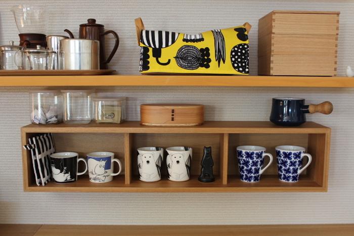 お気に入りのキャラクターもののマグカップは、同じ高さに飾って統一感を。二個セットで置けば、ささっとすぐにお茶が楽しめますよ。