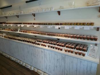 店内はご覧のとおり、季節のジャムや定番のジャムが所狭しと並べられています。