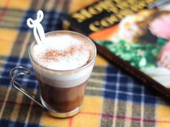 こちらはココアパウダーを加えたアレンジレシピ。 見た目もおしゃれで、カフェ気分が味わえそう。
