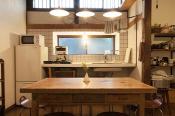 共有のキッチンや水まわりは清潔で、気持ちよく使用できます。どの場面を切り取っても絵になるレトロな内装も魅力的。