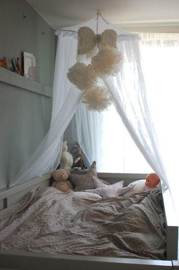 ベッドの上に天蓋をつけて、ポンポンを吊り下げて。お姫様になったような気分になりますね。