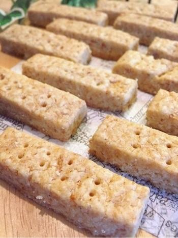 薄力粉の代わりに、より栄養価の高い全粒粉をつかうという手もあります。小麦の表皮、胚芽、胚乳をすべて粉にした全粒粉には、薄力粉と比較して3倍以上の食物繊維や鉄分が含まれているとか。