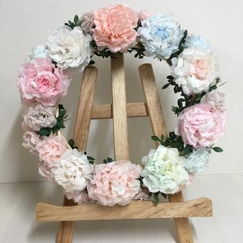 ウェディングアイテムといえば花のリース。ペーパーポンポンでできたリースなら、枯れることなくずっと飾っておけますね。