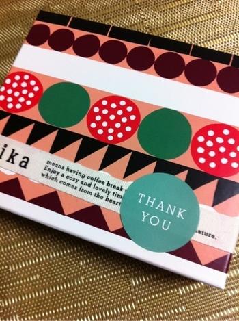 上記のクッションカバーのデザインをされたデザイナーのハンナ・コノラさんは、Fikaのパッケージもいくつかデザインされていて、幾何学パターンを使ったユニークで自由なデザインは、見ているだけで明るい気持ちになれそう。