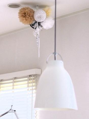 いろいろな素材と組み合わせて天井から吊るして。