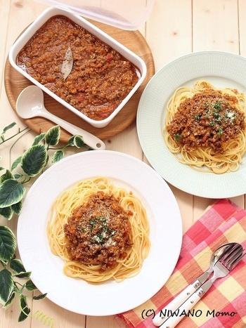 野菜の甘み、旨みがたっぷりの定番ミートソース。野菜多めの優しい味わいで、クセがないのでまとめて作っておくと、パスタだけでなく、いろいろなお料理に使えます。