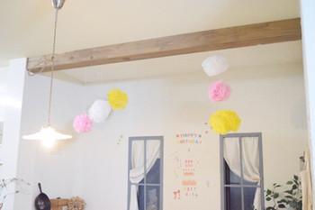 大きめのポンポンを天井から吊るせば、こんなに華やか。