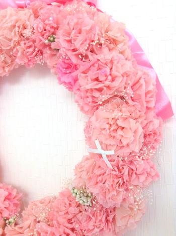プリザーブドフラワーと組み合わせたピンクのポンポンリースは、花嫁さんにぴったりです。