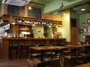 1階と2階でコンセプトが異なっていて、1階のオステリアではワインを楽しめる大人の居酒屋、2階はゆったり食事を楽しめる空間になっています。