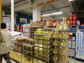 フランスのスーパーでこの広い面積を占めているのが、chocolat(ショコラ)、チョコレートです。 フランス人の年間のチョコレートの消費量は世界第10位(2012年)。それだけフランス人に生活に欠かせないお菓子なのでしょう。ですが、驚くことにフランスではチョコレートの値段は実は日本よりもお高め。おそらく、スイスやベルギーといった近隣の国から輸入しているためでしょう。こんなにたくさんの種類があると迷ってしまいますが、お気に入りのチョコを見つけてみたいですね!