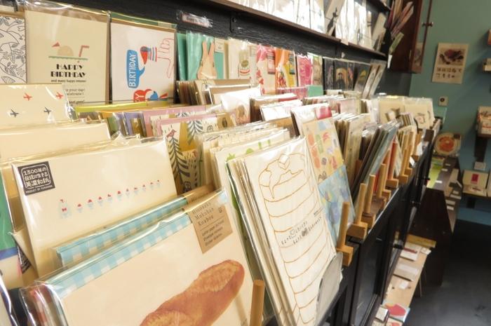 店内の壁にはポストカードがずらり。とっておきの万年筆とじっくり選んだカード。大切な人へお手紙を書くのが楽しくなりそう。  【SHOP情報】 神奈川県鎌倉市扇ガ谷1-1-4 JR鎌倉駅西口より徒歩約4分
