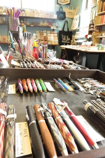 万年筆を始めとした文房具やカードなどの手紙グッズ、雑貨を集めたセレクトショップ。万年筆は、お手頃な値段のものから高級品まで種類もさまざま。店主のこだわりが感じられるセレクトです。