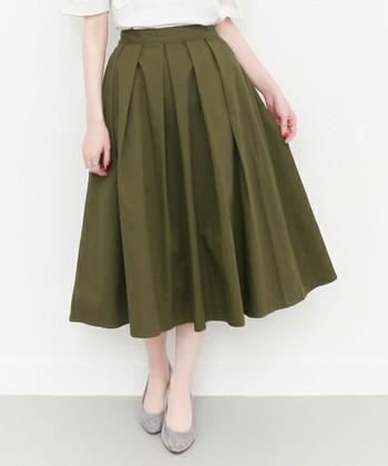 ミモレ丈とは、ひざ~ふくらはぎの真ん中が隠れるくらいのスカート丈のこと。気になる足の太い部分を隠してくれるので、スタイルアップ効果が期待できるんです♪