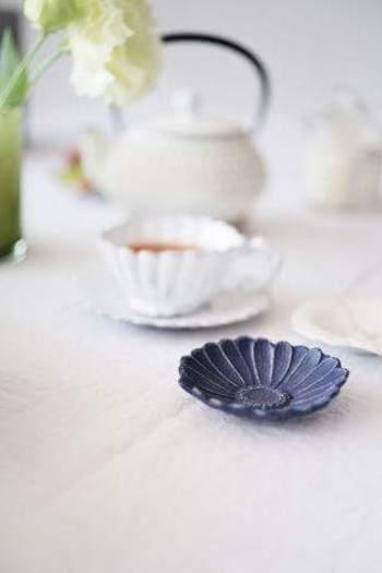 ◆LES FLEURS マーガレット  画像の右上端は、愛らしいマーガレットをモチーフにした小皿です。どんなお菓子も、高級菓子に見せてくれそうな品格です。