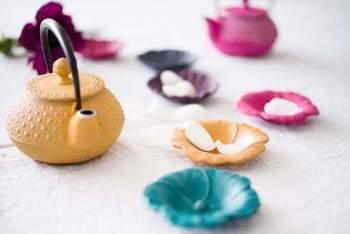 ◆LES FLEURS タチアオイ  素材は南部鉄器でありながら、花びらのフンワリとした柔らかさを感じる小皿「タチアオイ」。 ティータイムに角砂糖やちょっとしたお菓子を入れるだけでなく、アクセサリーなどの小物入れなど、アイデア次第で使い方いろいろ。  まるで、食卓に小さなお花が咲いたように、テーブルを華やかに彩ります。