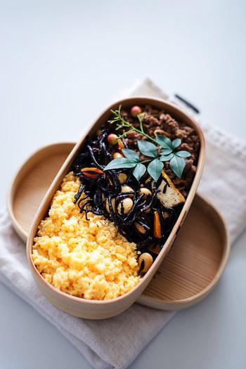 大人気の曲げわっぱに代表される小判型のお弁当箱。色味の濃いヒジキやひき肉のおかずも、優しい色合いの卵がしっかりカバーしてくれます。