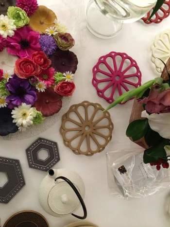 ◆KIKU(右上:ピンク、中央:カフェオレ)  洗練されたデザインが魅力のKIKUは、ポットをのせると、まるでポットを囲む花びらのよう。