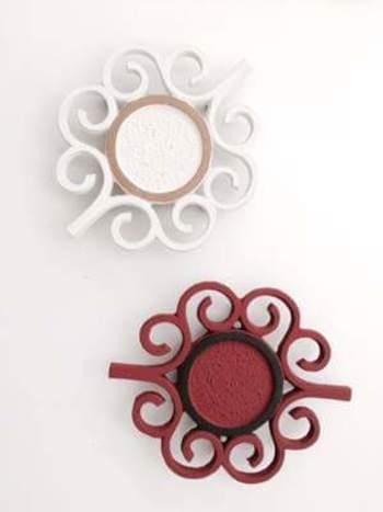 ◆LIERRE(上:白、下:ローズ)  フランス語で「つた」という意味のリエール。 ポットに合わせるだけでなく、単品でも使える存在感ある素敵なデザインが魅力です。