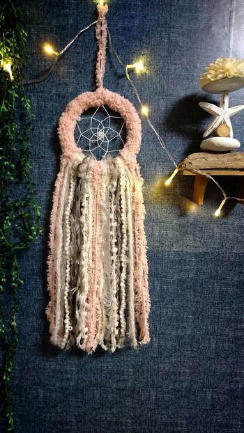 幸運を引き寄せるアイテム「ドリームキャッチャー」も、淡いピンクのフワフワ毛糸で。テイストの異なる毛糸の組み合わせが醸し出す空気感がステキ。