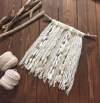 木の枝に毛糸やロープ、細く割いた布などをランダムに結びつけて作られたタペストリー。 作り方はシンプルですが、毛糸のテイストや色使いでセンス溢れる作品に♪長さやカラーなど好みで調節して、色んなアレンジが楽しめそう。