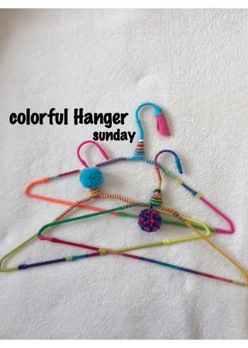 ハンガーに色とりどりの毛糸を巻くとこんなに素敵なアイテムに変身。フエルトのくちばしがユーモラスな鳥モチーフのハンガーも。色の組み合わせなどにセンスが光ります。壁にかければ、お部屋のアクセントにも♪