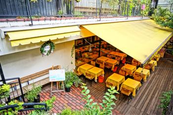 小さなお子様連れでも安心な、オーガニックレストラン「広場」。表参道駅から徒歩3分ほどのところにあるクレヨンハウスの地下にあります。隣には有機野菜を販売する「野菜市場」も併設されており、徹底的に安心・安全な食にこだわっています。