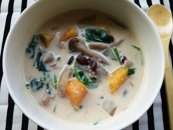 小豆にしめじやほうれん草、たまねぎなど体に良いものばかりを入れた豆乳スープ。 胃腸が疲れているときにも良さそうです。