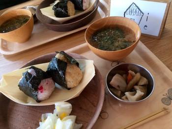 食器やクッションなども「ミナ ペルホネン」のものでとっても素敵です◎人気のスープランチのほか、毎週月曜と火曜はおにぎりのランチが楽しめます。食事は全て心をこめて丁寧に作られており、見た目もオシャレです。