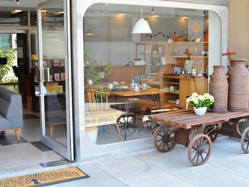 食卓まわりからファッションアイテムまで、華美ではないけれど日々の暮らしに心地よく寄り添ってくれるようなアイテムを豊富に取り揃えているショップ。栃木県にある実店舗もとても素敵です。