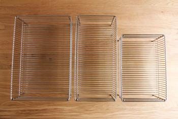 ベースの水切りかごは小、大、スリムの選べる3種類。  ワイヤーのピッチが細かく、フラットなので、グラスなどを安定的に置くことができます。  また、接着部分を少なくして作られているので、汚れがたまりにくく、お手入れがラクチン。 カゴの深さが浅めに設計されているので、食器の出し入れも簡単です。