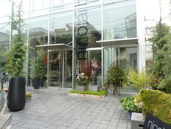 「HATAKE青山」と同じビルにある「Nicolai Bergmann NOMU」は、フラワーアーティストであるニコライ・バーグマンさんのショップに併設されたカフェ。美しいお花に囲まれながら食事を楽しむことができますよ。