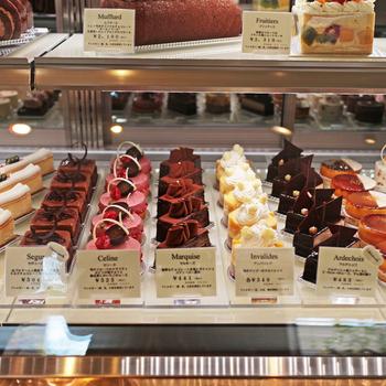 店内のショーケースには、シェフの技が光る作品の数々が並びます。 特にケーキ類は、早くに売り切れる日が多いので狙いを定めてみては!?