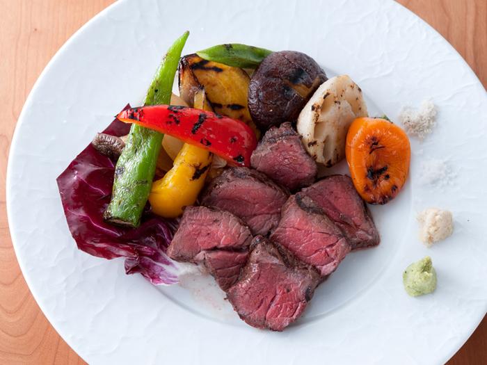 人気メニューでもある「小豆島産 オリーブ牛もも肉の炭火炙り」。 赤ワインとポルチーニ茸のソースと頂く絶品のメインディッシュは必ずオーダーしておきたい一品です。