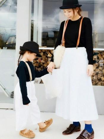 黒と白で合わせた、オシャレ親子コーデ。ママと子供のアイテムは違うけれど、色と雰囲気を合わせただけでまるで同じものでコーデした仕上がりに!